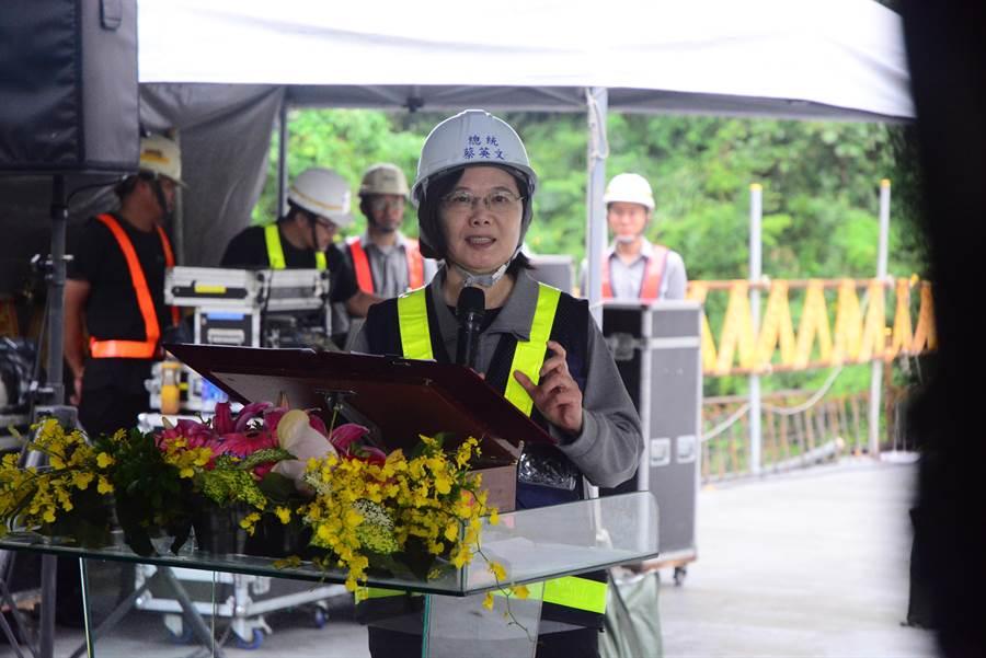 蔡英文總統今早視察蘇花改工程,媒體也關注「蔡賴配」一事。(王志偉攝)
