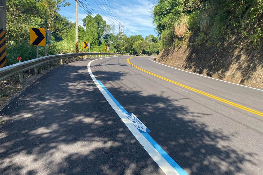 關西鎮118線羅馬公路近10公里路段改善峻工,每100公尺標示腳踏車標線。(羅浚濱攝)