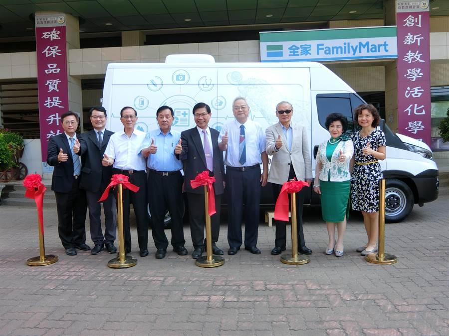中華醫事科技大學斥資近200萬元打造智慧健康行動巡迴車,11月1日交車啟用。(曹婷婷攝)