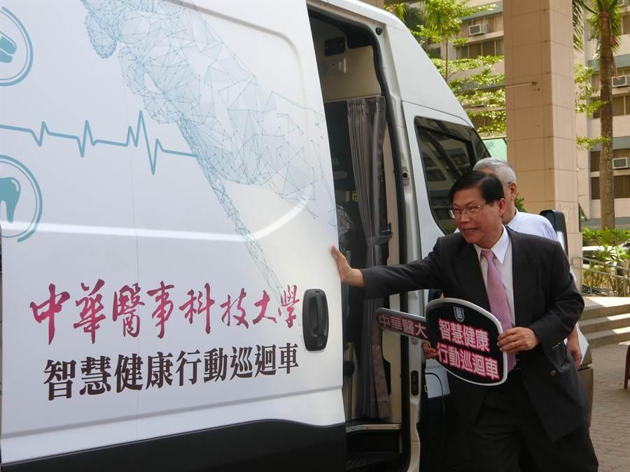 曾信超校長推開智慧健康行動巡迴車,象徵車子正式啟用。(曹婷婷攝)