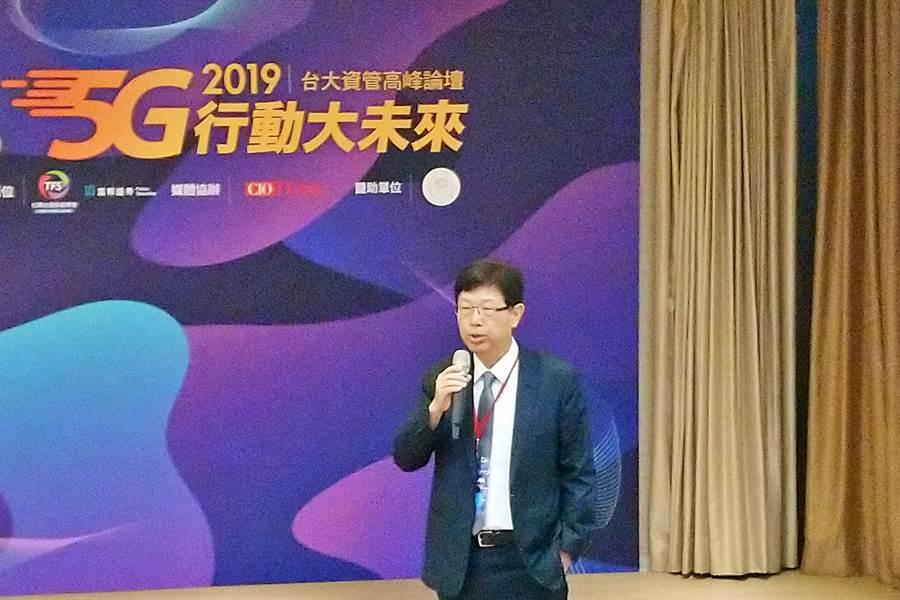 鴻海董事長劉揚偉1日出席「IT×M高峰論壇」,以「5G-百倍速與多樣性的時代來臨」主題進行演講。(林資傑攝)