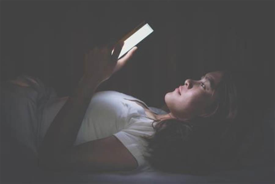 大學生熬夜示意圖。(取自中時電子報)