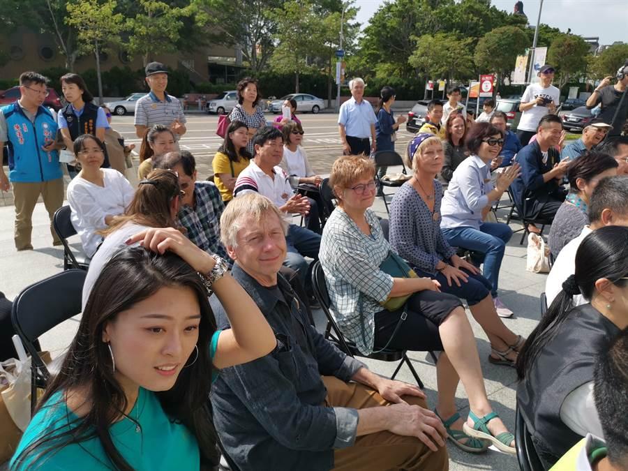 第一屆台灣國際茶碗節1日上午在竹南苗北藝文中心盛大開幕,邀請多名外國陶藝師來台展出作品。〔謝明俊〕