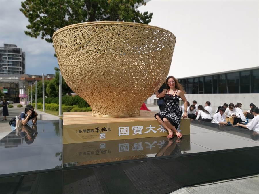 第一屆台灣國際茶碗節1日上午在竹南苗北藝文中心盛大開幕,國寶竹編大師張憲平特地以編打造國寶大茶碗。〔謝明俊〕