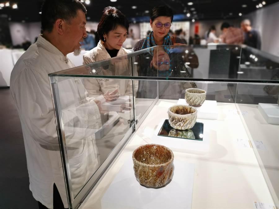 第一屆台灣國際茶碗節1日上午在竹南苗北藝文中心盛大開幕,陶藝大師林瑞華介紹個人陶製茶碗作品。〔謝明俊〕