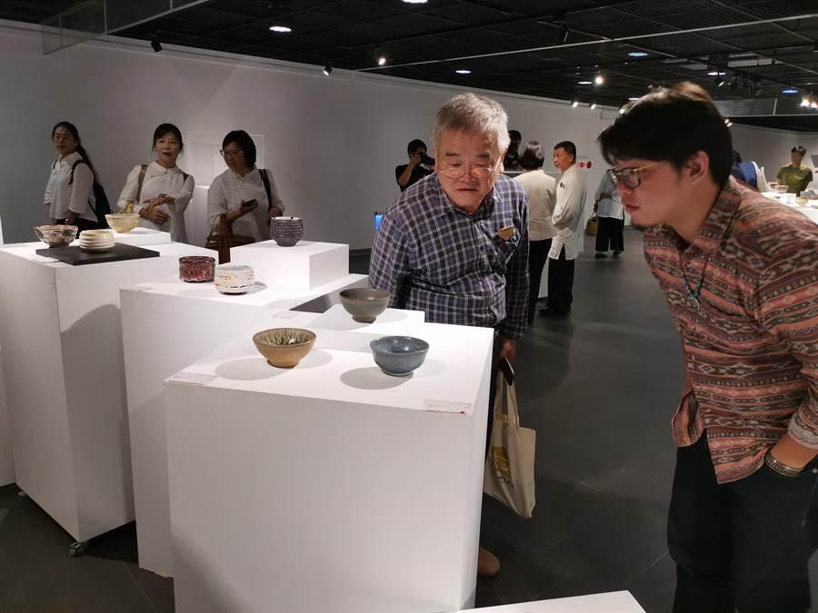 第一屆台灣國際茶碗節1日上午在竹南苗北藝文中心盛大開幕,展覽廳共有344件精美陶製茶碗展出。〔謝明俊〕