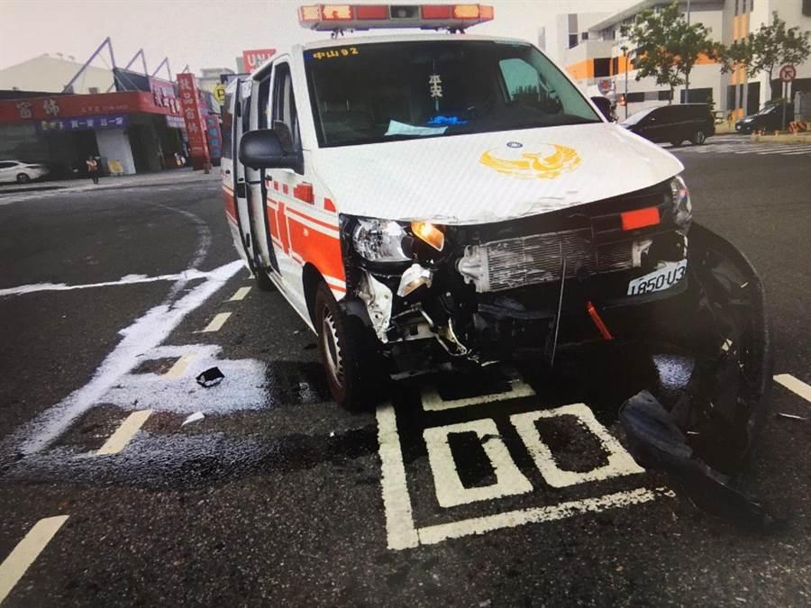 救護車遭撞後車頭半毀。(民眾提供/台中馮惠宜傳真)