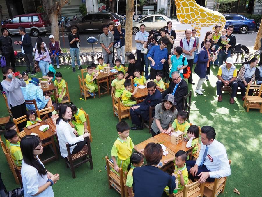 新竹市「動物上班了,城市暖暖身」動物園城市策展活動今天開鑼,市府邀請大家來找找隱藏在城市角落的動物。(陳育賢攝)