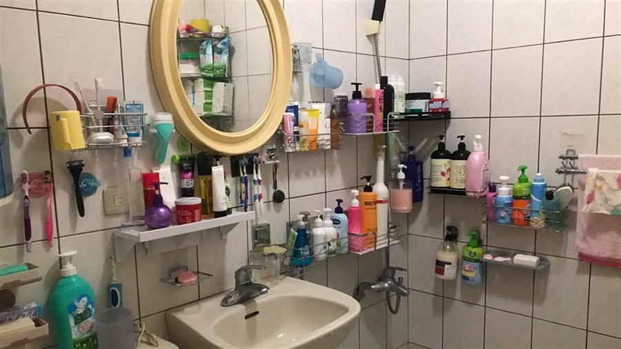 男網友家浴室掛好掛滿(圖片取自/爆廢公社)