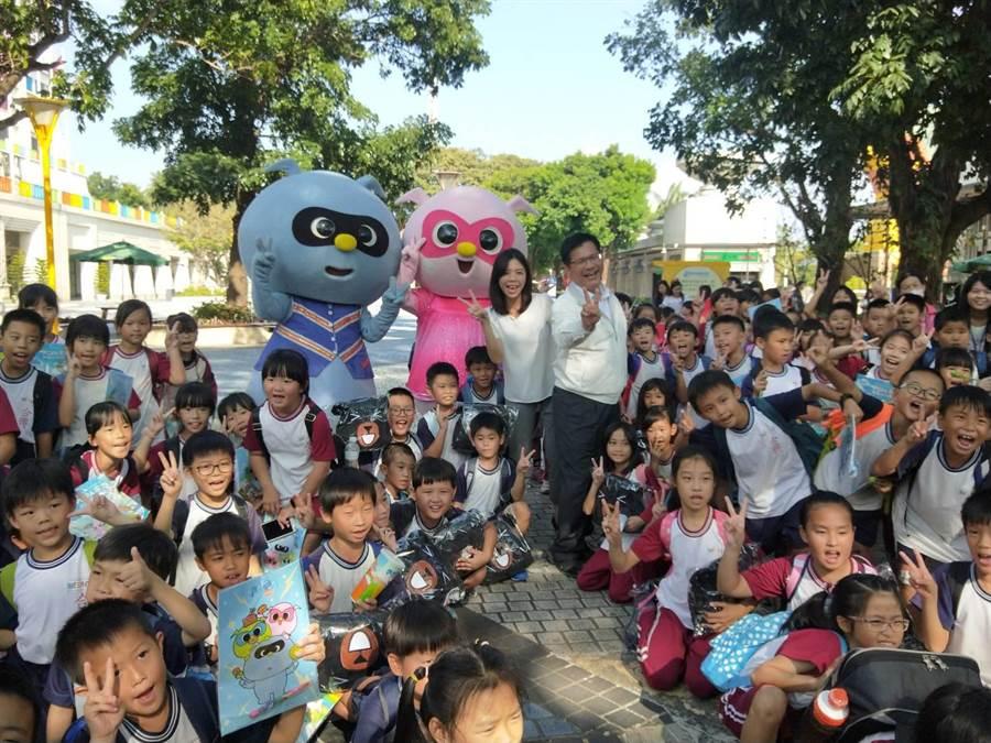 交通部長林佳龍1日前往麗寶樂園度假區視察執行成果,受到許多小朋友遊客的熱烈歡迎。(陳淑娥攝)