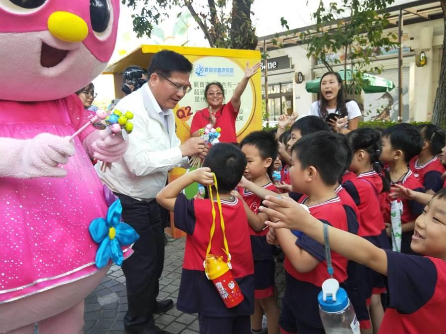 交通部長林佳龍1日前往麗寶樂園度假區視察執行成果,發糖果給小朋友。(陳淑娥攝)