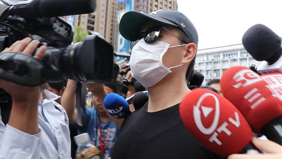 李堉睿在警局等待約3小時後卻得知律師沒空,只好搭捷運自行離去。(吳亮賢攝)
