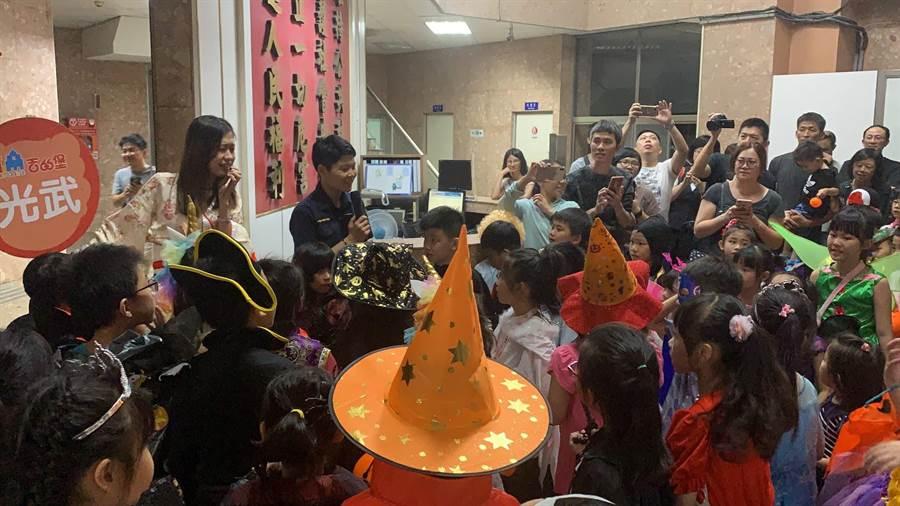 三民二分局覺民派出所迎接萬聖節「搗蛋童」到來,也機會教育向小朋友進行預防犯罪及反詐騙的宣導。(警方提供/高雄傳真)