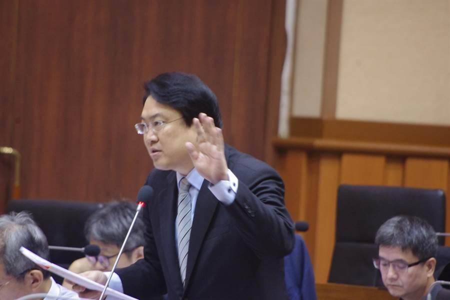 基隆市長林右昌對於部份第一線公務人員會勘態度,向市民致歉,。(許家寧攝)