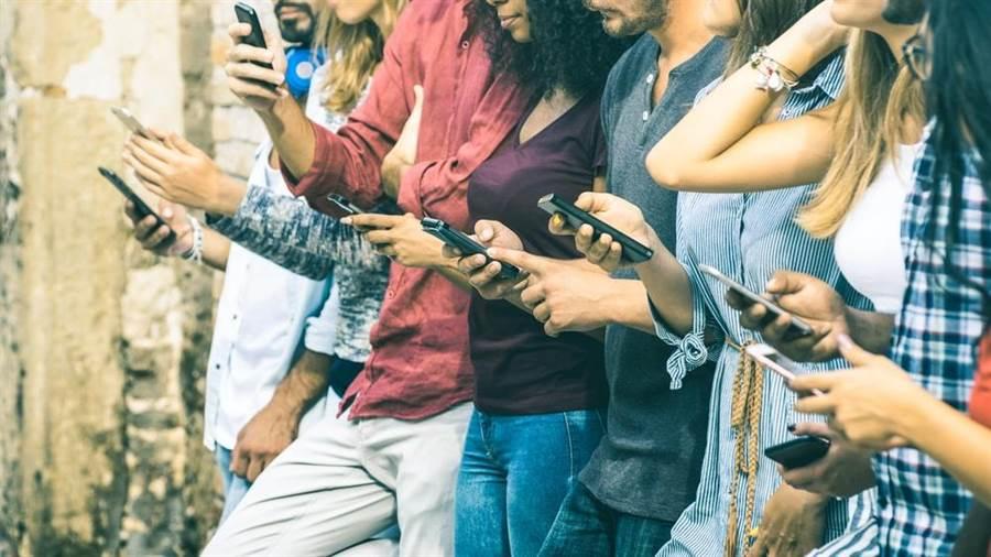專家指出,拿手機姿勢不對人臉會變老。(達志影像/shutterstock)