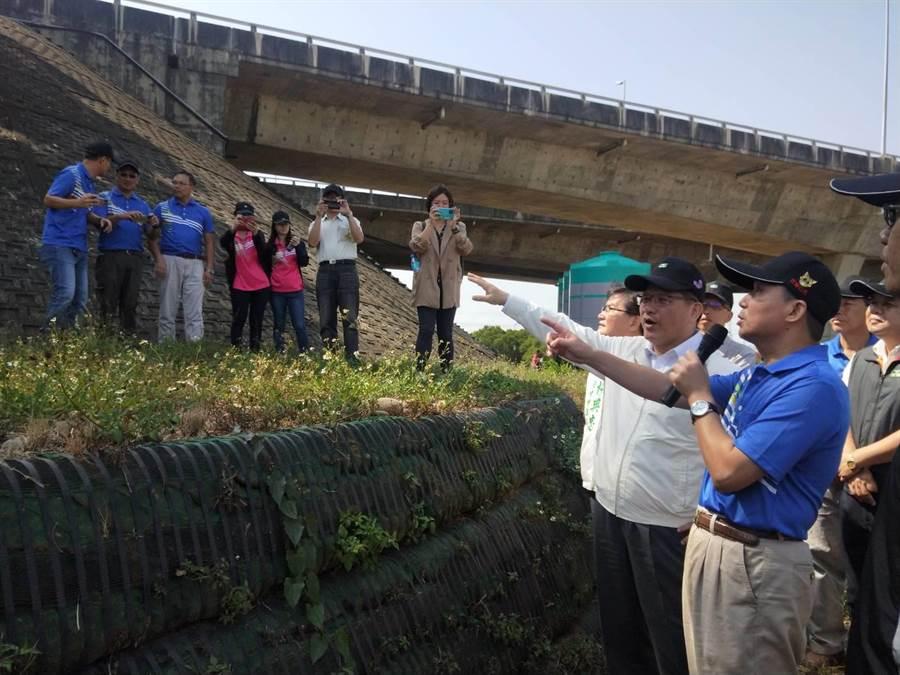 交通部長林佳龍(左)1日視察國3沙鹿交流道交通改善及防災生態成果。(陳淑娥攝)