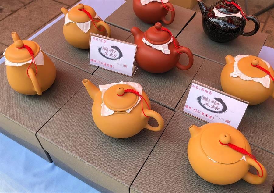 桃園監獄精緻實用的手拉坯壺,展現更生人的用心和手藝。(李金生攝)