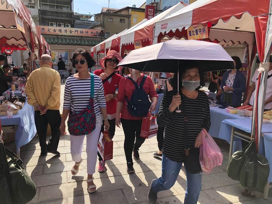 遊客在更生市集穿梭來去,後埔老街一隅熱鬧起來。(李金生攝)