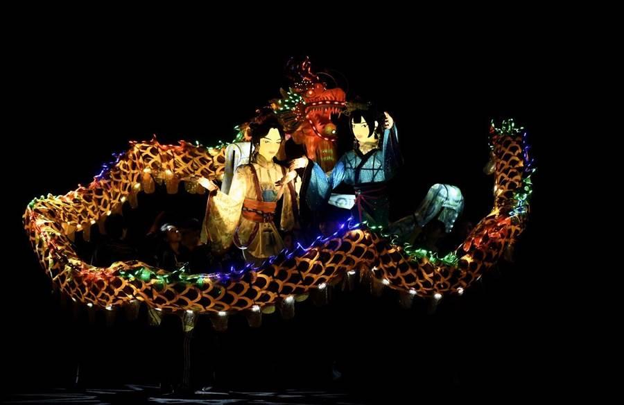 紙風車劇團作品《白蛇傳-許仙家的祕密》,讓大型花燈變成戲偶演員,許仙、法海、白蛇、青蛇都有放大版,視覺效果驚奇。(紙風車劇團提供/李欣恬台北傳真)