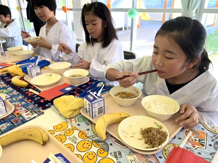 日本笠間市稻田小學學童1日的營養午餐是台灣「滷肉飯」及「秋冬香蕉」。(黃菁菁攝)