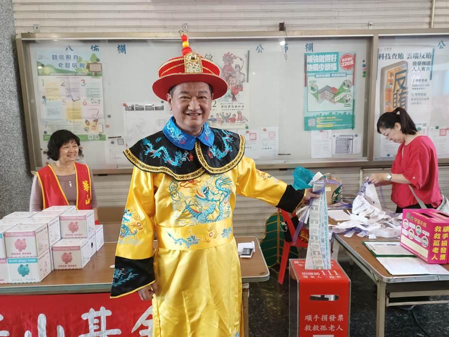 草屯鎮長簡景賢帶頭捐發票,呼籲民眾一起加入。(張晉銘攝)