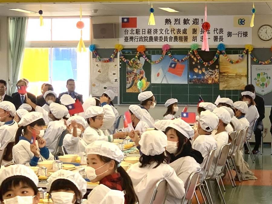 日本笠間市稻田小學盛大歡迎駐日代表謝長廷與農糧署署長胡忠一。(黃菁菁攝)