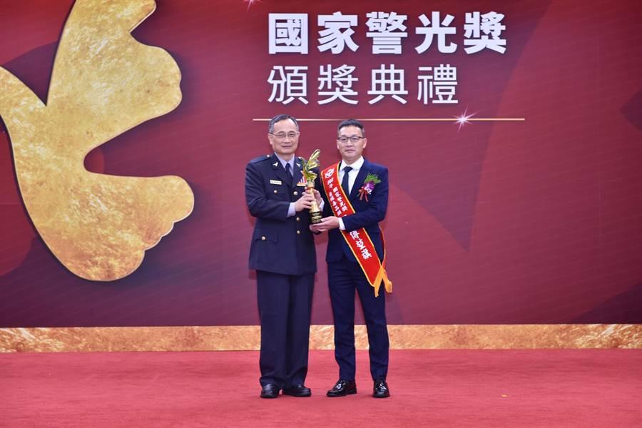 警政署署長陳家欽(左)頒獎予埔里分局偵查隊長傅堃旗(右)。(埔里分局提供/張晉銘南投傳真)