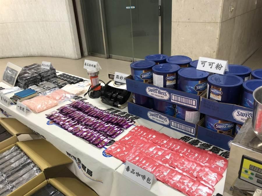 警方起獲一粒眠約1萬顆、K他命、電子磅秤、電腦智能分裝機、分裝袋等贓證物。(林郁平攝)