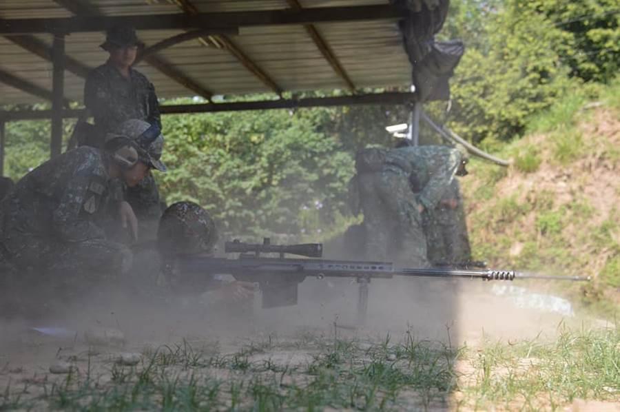 陸軍為了精進狙擊手射擊,特別搬出M107A1重型狙擊槍讓各單位射手體驗。(特指部提供)