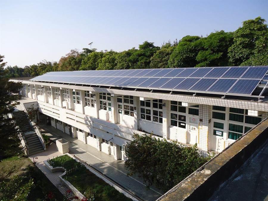 雲林縣151所國中小七年前已有廠商裝設太陽能板發電,約定廠商每年回饋一成收益,圖為二崙鄉義賢國小教室屋頂的太陽能板。(雲林縣府教育處提供)