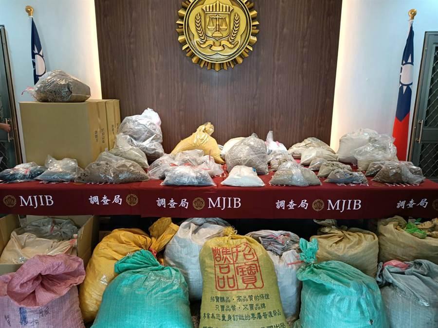 專案小組查扣768.8公斤中藥材原料及半成品、4萬1840顆偽中藥丸及膠囊。(張毓翎攝)