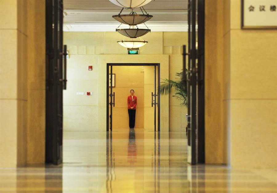 北京的京西賓館常態性承接各種黨政軍重大會議,許多重要政策與人事都會在這裡決定。圖為2013年全人大會議期間的京西賓館。(圖/中新社)