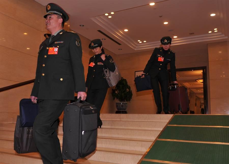 京西賓館由解放軍經營管理,軍方代表到北京開會都會入駐此地。圖為參加大陸全國人大會議的共軍代表在京西賓館駐地報到。(圖/中新社)