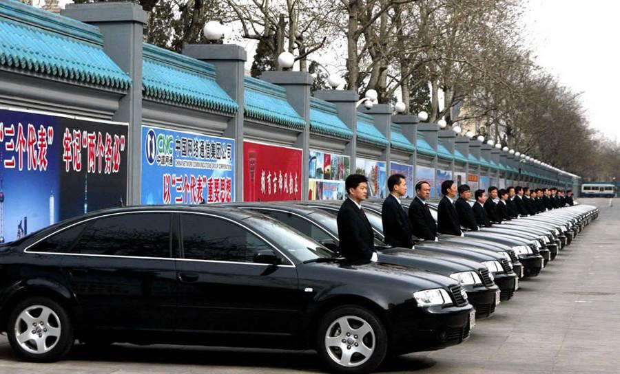 京西賓館的車隊與司機們列隊預備出發接待來京參加會議的貴賓,陣仗驚人。(圖/新華社)