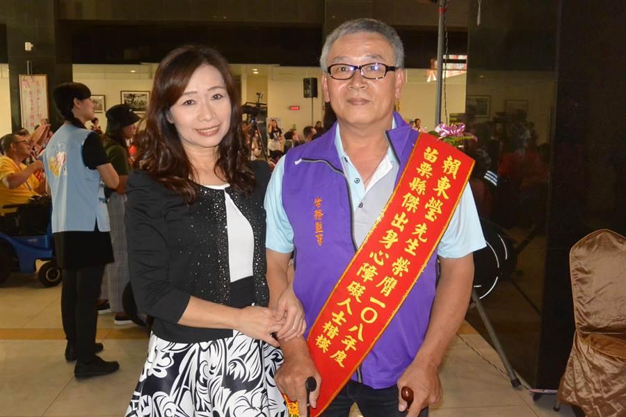 2019年苗栗縣傑出身心障礙人士受獎者賴東瑩(右),感謝結髮妻相伴不離不棄。(巫靜婷攝)