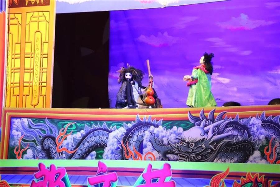 「五洲園掌中劇團」1日到草湖國小演出「史大俠與小丑醫生」布袋戲,藉此推廣逐漸式微的傳統戲劇。(林欣儀攝)