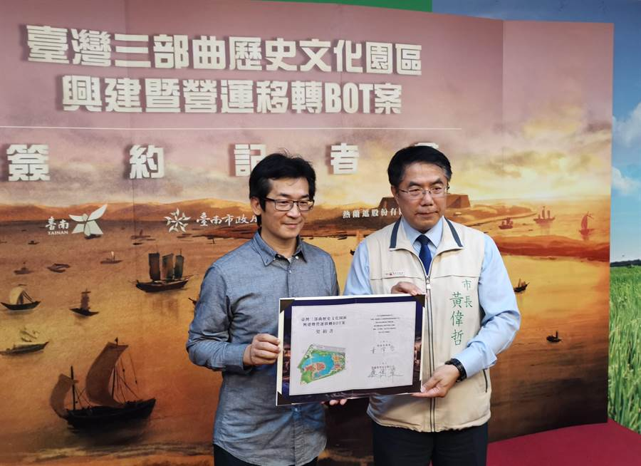 台灣三部曲歷史文化園區BOT案,1日由導演魏德聖(左)與台南市長黃偉哲正式簽約。(劉秀芬攝)