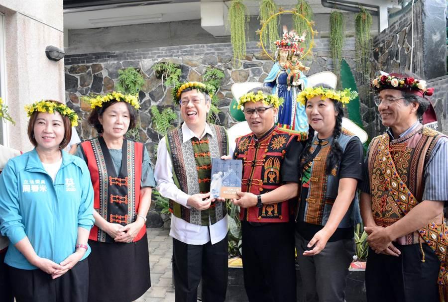 副總統陳建仁(左三)從神父杜永雄手上接下書籍,也開啟屏東教堂巡禮的旅程。(林和生攝)
