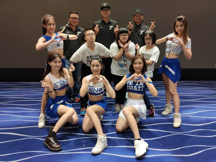 唐氏症基金會組成棒球應援團及啦啦隊,與中華隊球星們,賽前一起呼喊應援口號,當天邀球迷一同到場為中華隊加油打氣。(張妍溱攝)