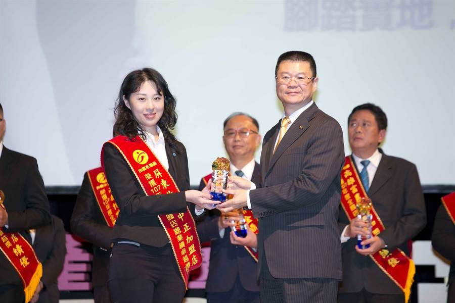 台慶不動產屏東北區中正加盟店在尤澤平店東帶領下,成立第1年就拿下「全國店總業績卓越獎」。