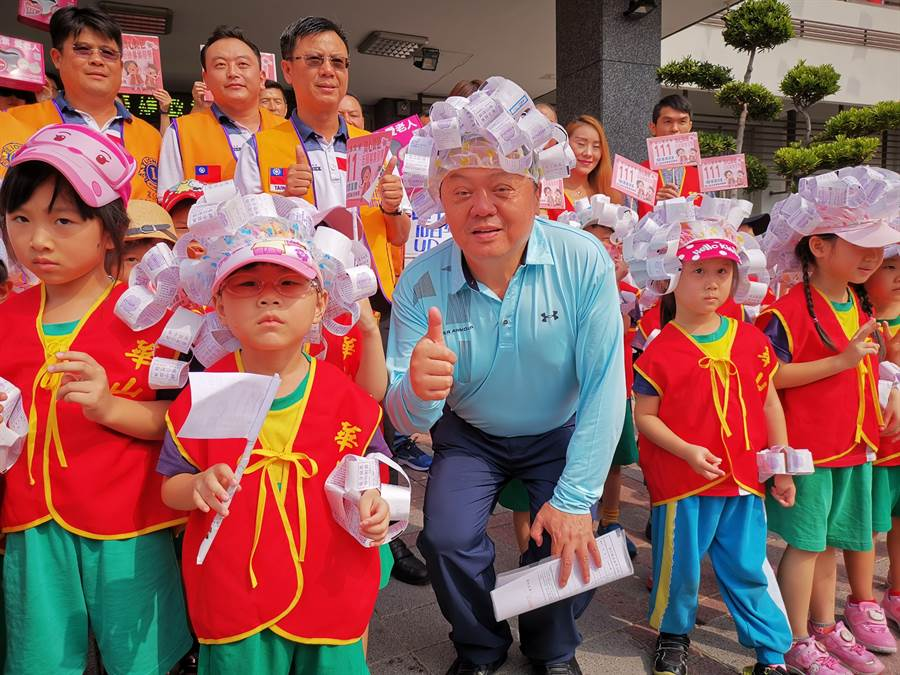 員林市長游振雄(中)也跟小朋友一同裝扮成發票小天使,模樣可愛吸引不少路人圍觀。(吳建輝攝)