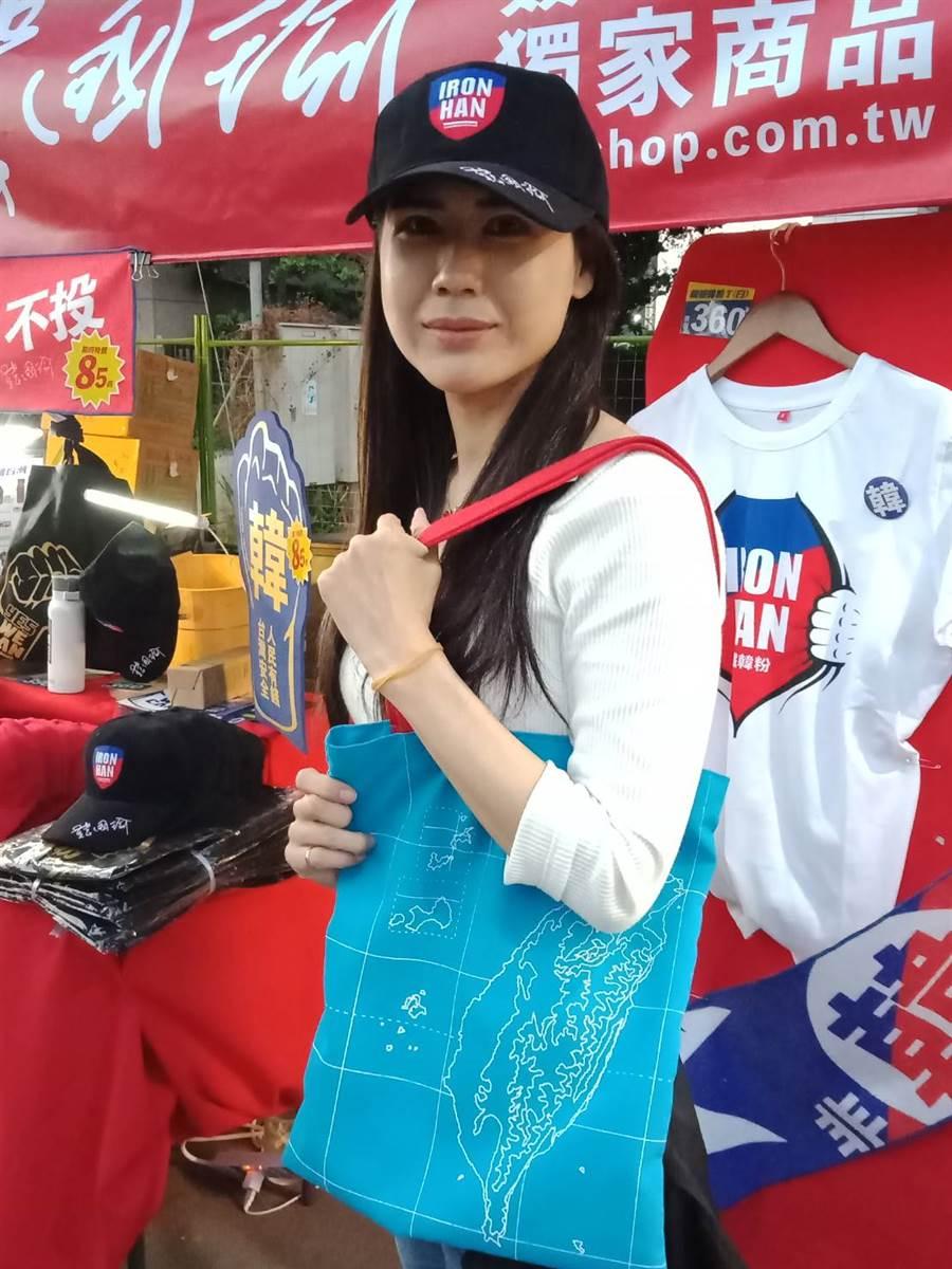 韓粉搶購鋼鐵韓粉簽名棒球帽、翻轉台灣手提袋。(圖/時藝多媒體提供)