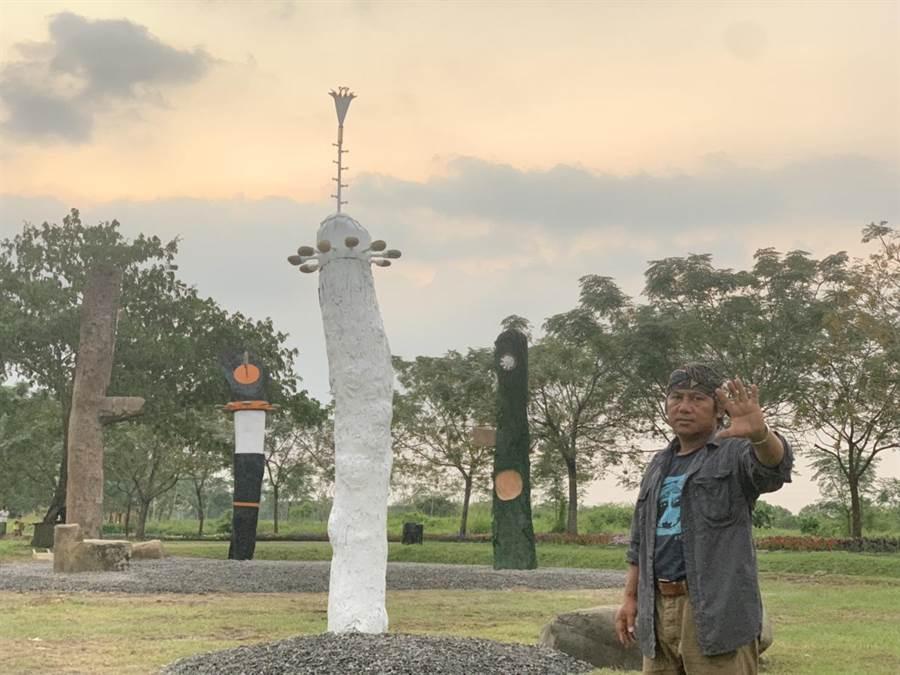今年斜坡上的藝術節打破傳統以「跨越土牛溝」為名在潮州泗林平地森林公園登場,當中原民藝術家伊誕‧巴瓦瓦隆用4根大木材創作的「山腳下的約定」,深刻傳達原民創作視野的延展。(謝佳潾攝)