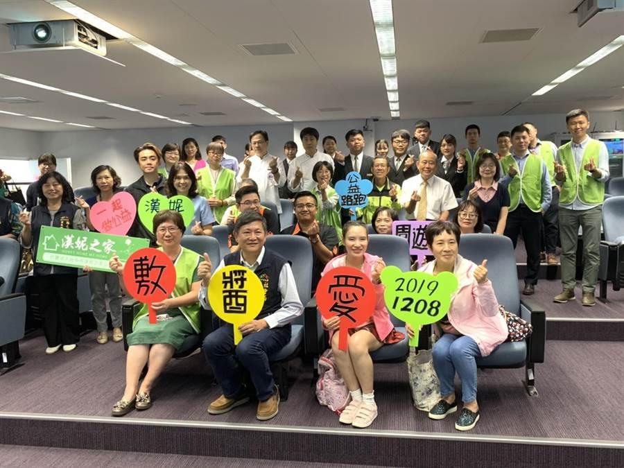 募集「愛醬敷包」助造口人,12月8日一起為愛而跑,市府社會局長彭懷真(左二)邀請大家參加。(盧金足攝)