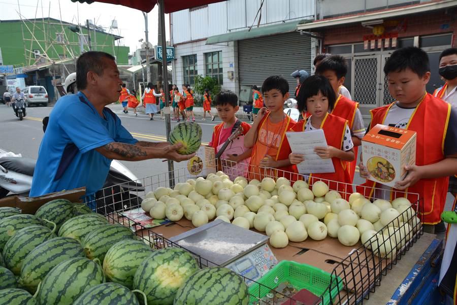 屏東近500名華山志工走上街募發票,水果攤老闆感動到捐西瓜。(謝佳潾攝)
