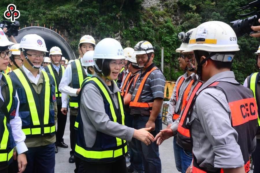 總統蔡英文到蘇花改仁水隧道南端口視察工程進度,並慰勞工作人員。(王志偉攝)