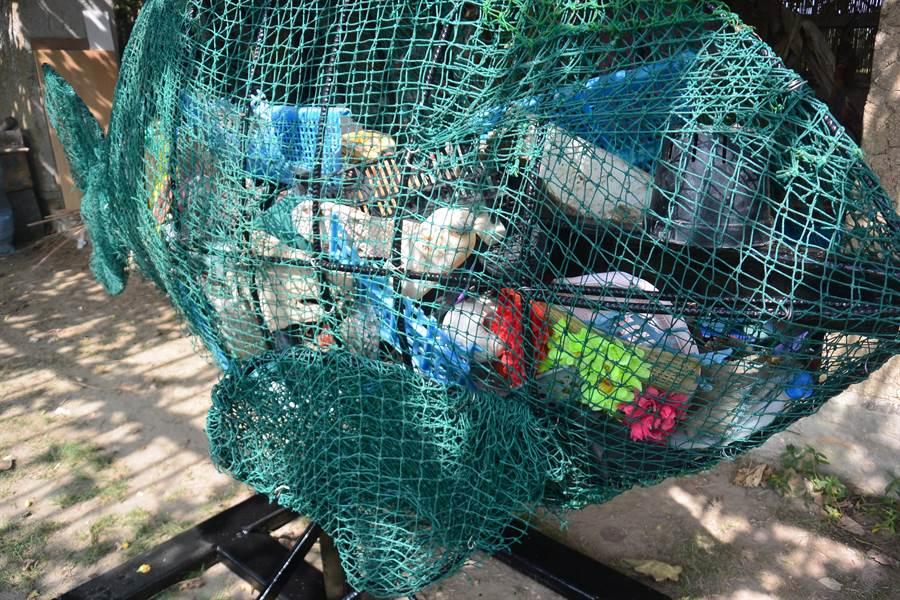 海廢魚裝滿海洋垃圾,呈現美麗與哀愁。(巫靜婷攝)