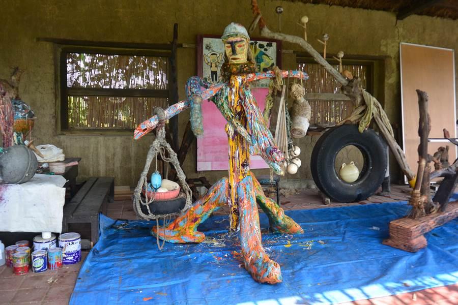 扛著海洋垃圾的挑夫將於2日在竹南龍鳳漁港展出。(巫靜婷攝)