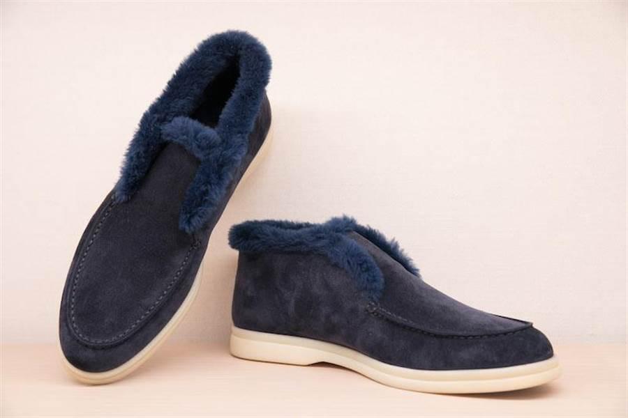 Loro Piana Open Walk休閒鞋,搭配castorino海狸絨毛襯裡踝靴, 7萬5000元。(Loro Piana提供)