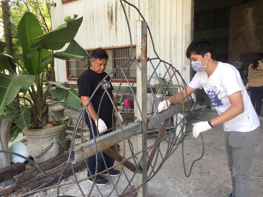 藝術家邱泰洋協助打造海廢魚的金屬框架。(海線一家親環保協會提供/巫靜婷苗栗傳真)